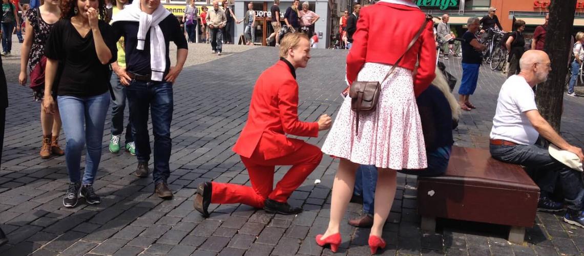 Fotoreportaazje fan de flyeraksje op it Strjitfestival yn Ljouwert